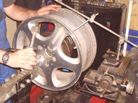 8fb9b4b8327 Устройството за поправка на щамповани продукти има в своя състав вретено,  което се прикрепя към самото колело, както и валцовъчните валци.